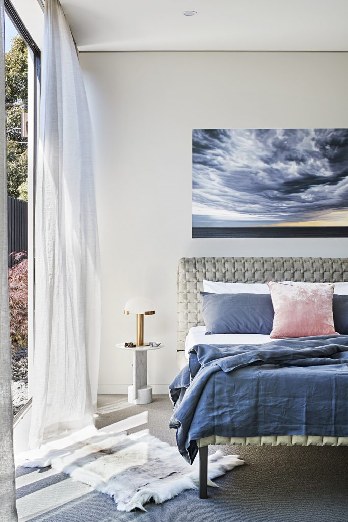 The Concrete Conceal House By Tecture Local Australian Architecture Design & Bespoke Interiors Caulfield, Melbourne Image 18 灰色调墙面的卧室,粉色抱枕和灰蓝色床品搭配,配色很漂亮