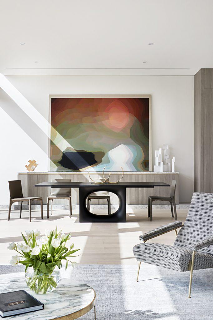 The Concrete Conceal House By Tecture Local Australian Architecture & Design Caulfield, Melbourne Image 3黑色餐台,灰色的餐边柜一幅巨大的画非常的抢眼